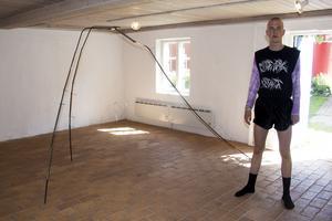 """Emil Richtr Jensen från Danmark är en av festivalens volontärer. Under lördagen har han hand om Hanni Kamaly's utställning """"Sitting Rock Bottom"""