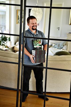 """Bokdebut gjorde Oskar Källner 2011 med """"Drakhornet"""" på eget förslag. Nya serien """"Imperiets arvingar"""" ger han ut tillsammans med illustratören Karl Johansson på Rabén & Sjögren."""