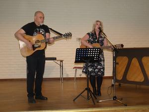 Anna Svanqvist (t h) och Anders Bergman underhöll med härliga låtar. Foto: Anders Nordin.