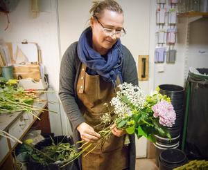 Denna beställning till en begravning har hon fått med beställningen floristens val, med önskemål att använda färger som rosa och vitt.