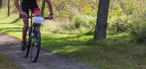 Visst får man cykla i Hemlingby, på vissa slingor, påpekar skribenten.