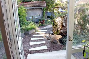 Trädgården är som en park med olika gångar, växter och rum.