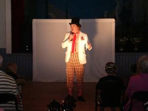 Clownen Ginko från Enåker hade med sig ett helt gäng med clowner från sin clownskola.