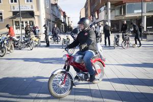 När Magnus Jacobsson renoverar mopeder ska varenda liten skruv vara original. När han är färdig ställer han undan många av dem.