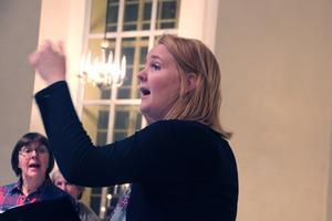 Hannah Lindgren leder  Qvinnskören i Askersund.- Det ska bli spännade och väldigt roligt att sätta ihop den här konserten tillsammans med Cajsa Stina Åkerström. Foto: Privat