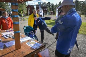 Susanne Holmin antog en utmaning hos Team Nordic Trail att stå på ett ben i 30 sekunder.