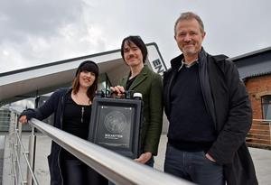 Gabriella Åström, Simon Hjortek och Peter Ahlberg med det portabla vattenreningsverket som renar vatten med solenergi.