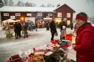 Många lockades till julmarknaden i Haga, Norrala.
