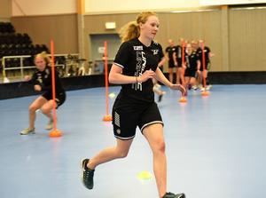 ÖIB:s damer tränar fys hela sommaren, här kör Ida Bergström ett agility-pass på Skyttis.