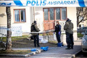 Polisens kriminaltekniker plockade med sig föremålen och gjorde en teknisk undersökning på platsen.