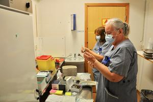 Personalen förbereder vaccinet, det går sex doser på varje ampull.