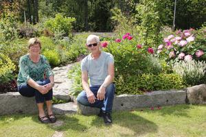 """Mona och Curt Fernros, Hedbo utanför Salbohed, har ett fint samarbete i trädgården. """"Det är ingen hobby, det är en livsstil"""", säger Curt som gärna smider vackra saker och pyntar med."""