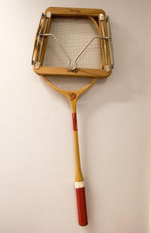 På väggen in till kontoret hänger ett minne från farfaderns tid. Strängarna till tennisracken gjordes av nylonlinor, som sedan visade sig passa bra även för att göra fiskelinor.