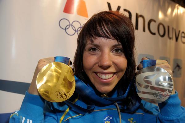 En överlycklig Kalla visar upp medaljskörden från Vancouver.  Bild:  Leif R Jansson / SCANPIX