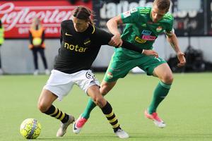 Alexander Ekblad jagar forna AIK-stjärnan, Kristoffer Olsson, under Dalkurds allsvenska säsong ifjol.