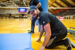 Anders Eriksson, projektledare och klubbchef i SIF kämpade tillsammans med flera andra för att få golvet färdigt i tid.
