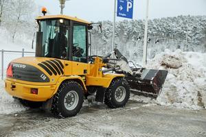 Under måndagen fortsatte röjningsarbetet efter helgens rejäla snöfall.