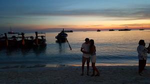 Sebastian och Sanna på en strand i södra Thailand.