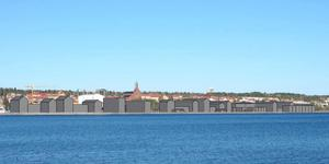 Fotomontage med nya byggnadsvolymer (etapp 1 och 2) sett från Frösön. Ur kommunens senaste planförslag 2019-03-25.
