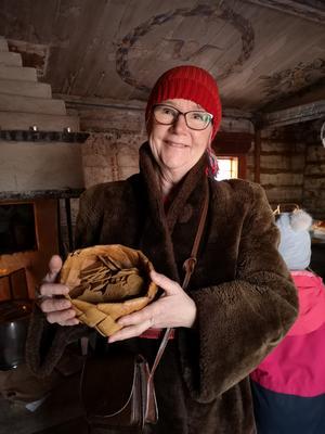 Tomtemor Karin Sjögren delar ut pepparkakor. Foto: Åsa Eriksson.
