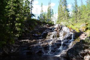 Therese tipsar om Stopåns naturreservat där det finns två vattenfall där du kan bada. Där Stopånsvägen tar slut börjar en kilometerlång slingrande naturstig som följer längsmed Stopån upp till de två fantastiska fallen. Naturen här känns magisk.