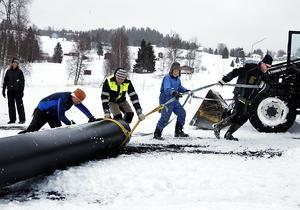 Här förbereds en ponton till den 100 kvadratmeter stora flotten. Pontonen ska dras ut på isen med hjälp av en snöskoter.