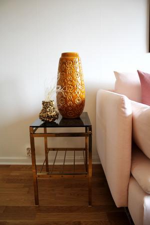 Den stora keramikvasen är ett loppisfynd och soffbordet likaså.
