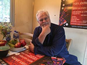 Blueskungen Roffe Wikström i artistlogén innan han skulle kliva upp  på scenen i Malungsfors för första gången.