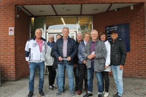 Boende i Solbacka strand besökte kommunhuset i Norrtälje på måndagen för att överlämna en protestlista.