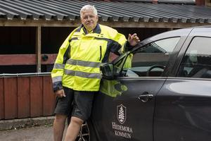 På dagen 15 år efter föreningen Hedemora bevakning startade fick de tillgång till en av kommuns elbilar. Här visas den upp av ordförande Christer Kärvemo.
