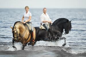 Sofia och Vladimir kommer att visa upp sina vackra hästar Furia och Kambiko av rasen Pura Raza Espanola. Bild: Emmy Eriksson