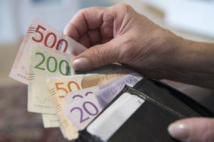 Enligt förslaget som riksdagen ska ta ställning till höjs åldern för när svenskar har rätt att börja ta ut sin allmänna pension, från 61 års ålder till 62 års ålder, från nästa år. OBS: Genrebild.