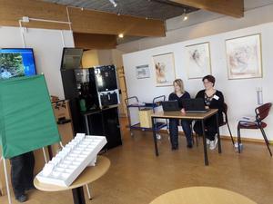 Ann Britt Lindahl och Maria Löfving på Laxå kommun erbjöd på tisdagen möjlighet för alla falubor på resande fot att förtidsrösta i Laxå. Det var ingen rusning till vallokalen. (Personen i röstningsbåset är ingen falubo utan Janne som fixar med kaffeautomaten)