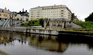 Enligt kommunen är det flera orsaker till att nya Storbron blivit dyrare än väntat. Bland annat projektering och den tillfälliga bron och vägen som byggdes i fjol.