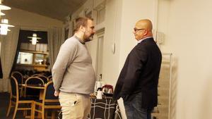 Dystra miner på Alliansens valvaka på golfbanan i Timrå när Vänsterpartiets framgångar meddelas. Henrik Sendelbach (KD) och oppositionsråd Tony Andersson diskuterar.