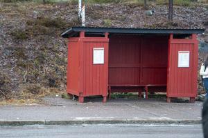 Busshållplats av den äldre modellen som står kvar vid Storviks centrum.