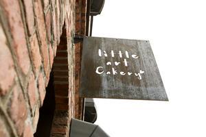 Ruffig skylt på grov fasad.