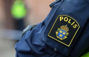 Poliskvinnan som dömdes för att ha skickat hotfull sms till Borlängebo får sparken.