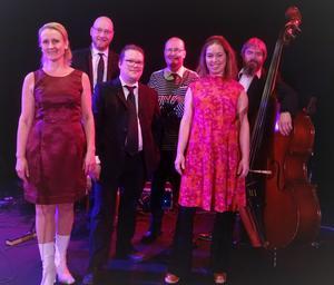 "Ewa Bylin Band från vänster: Ewa Bylin sång, Wille Johansson trummor, Carl Sjöström gitarr, Anders Bergquist piano, Annelie Vigren sång, Niclas ""Pebbe"" Vigren kontrabas."
