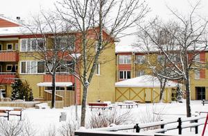 FN varnar för Hembla (tidigare D. Carnegie). Två av bostadsbolagets fastigheter på Bäckby i Västerås som man köpte från Mimer.