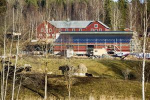 Den nya ladugården syns i höjd med Mo bygdegård fast på norra sidan av riksväg 50.
