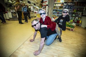 Patrik Zakrisson och sons spelade några låtar på bland annat på lekplaneten i Östersund. Ridande på Patriks rygg är sönerna Hilding och Folke.