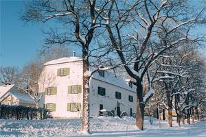 Den vita stenbyggnaden från 1700-talet har bland annat varit sädesmagasin, tvättstuga, konstgalleri, vapen- och ammunitionsförråd och loppis. Foto:  Fastighetsbyrån Fagersta