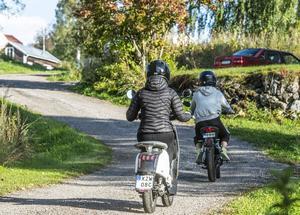 En moped klass 1 måste vara registrerad och ha en registreringsskylt bak av samma typ som används på motorcyklar.