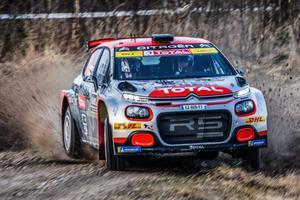 Full fart i Rally Sweden, men i stället för höga snövallar så var det grusprut och sommarrallykänsla, men rallyfest blev det ändå. Här ses norrmännen Mads Östberg och Torstein Erikssen på väg mot klassegern i WRC 2-klassen. Fullt fokus och utan snön kan diken användas. Stefan Pettersson fotade.