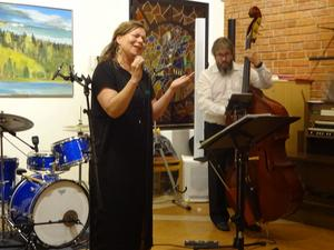 "Maria Bervelius sjunger till ""Pebbe"" Vigrens komp i ""My funny Valentine""."