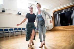 Ulrika Nyström och Sandra Nylander drivs båda mycket bra med Lindy hop som motionsform.