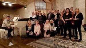 Körerna Vox Humana och St:a Ragnhilds Damkör repeterar inför söndagens konsert. Pianisten Jan-Erik Sandvik längst till vänster och Helena Cronholm längst ut till höger.