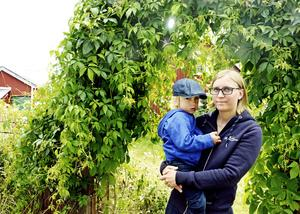 Josefine Styf, sjuksköterska vid neonatalavdelningen vid Sundsvalls sjukhus, nekades semester i sommar med hänvisning till att hon tagit ut föräldraledighet. Här ses hon tillsammans med sonen Wilhelm.