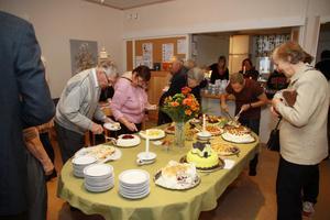 Det blev så småningom trångt runt tårtbordet när Missionskyrkan i Leksand hade höstbasar under lördagen.